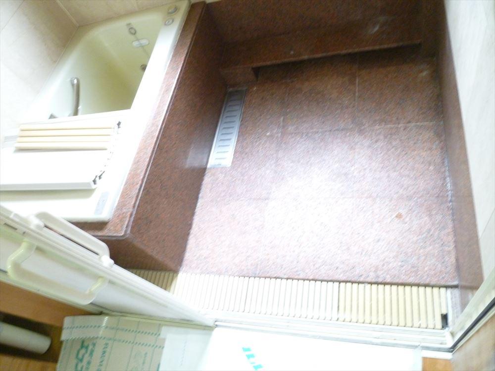 工事前のお写真です。大理石の珍しいお風呂でした。
