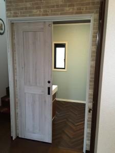 洗面室入口 壁紙とドアのバランスが素敵です☺